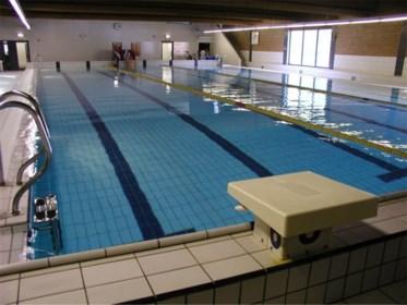 Ambtenaren na acht jaar voor de rechter door luchtvervuiling in Kamps zwembad