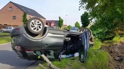 Auto belandt op dak in voortuin
