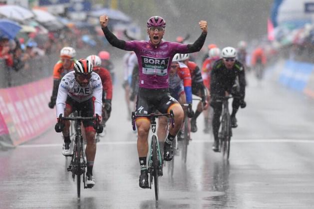 Uitgeregende Giro-etappe eindigt in vreemde massaspurt: Pascal Ackermann boekt tweede ritzege