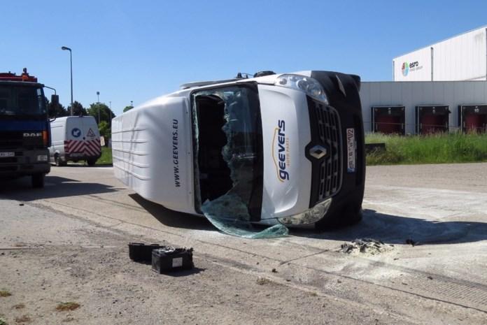 Bestelwagen kantelt bij aanrijding op Industrielaan: twee gewonden