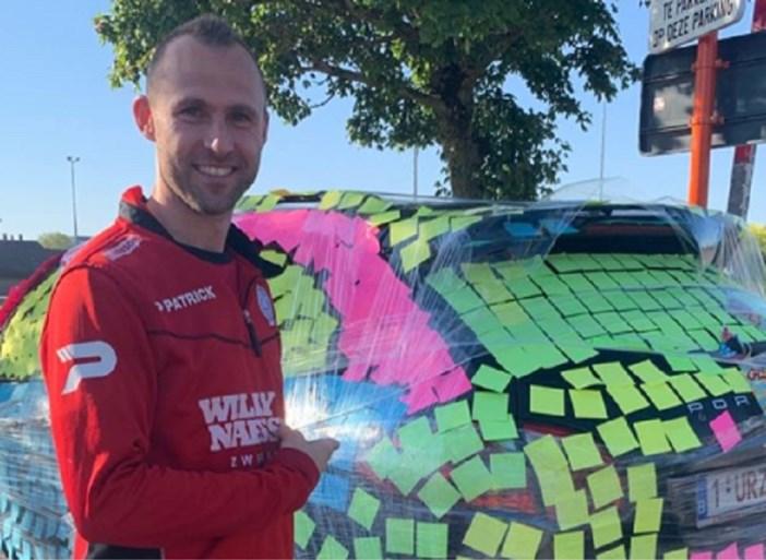 Ploegmaats beplakken auto van Thomas Buffel met post-its