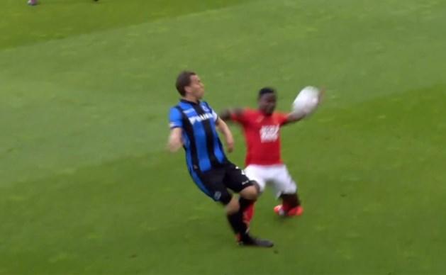 Donkerrood voor Standard: verdediger Collins Fai torpedeert het been van Ruud Vormer