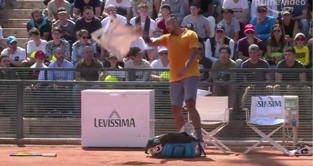 'Bad Boy' Nick Kyrgios gaat nog maar eens door het lint op tenniscourt: deze keer moet zelfs een stoel eraan geloven