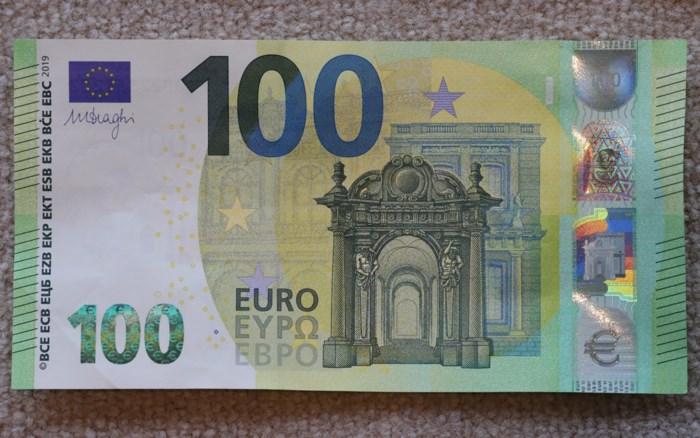 Roemeen betaalt met valse biljetten van 100 euro