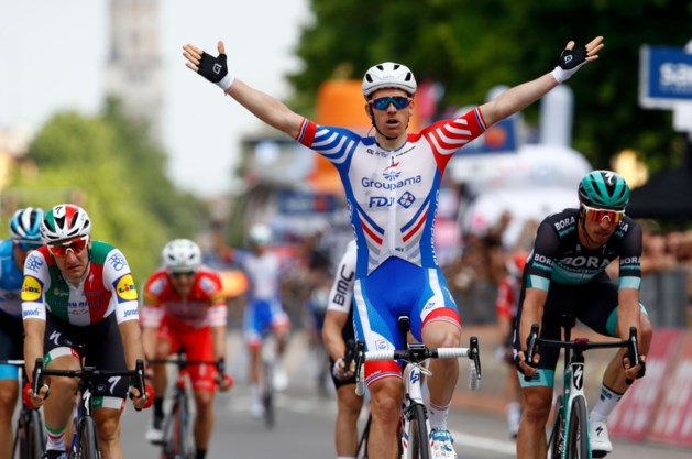 Arnaud Démare sprint in Giro sneller dan Elia Viviani, puntentrui Ackermann valt zwaar in slotkilometer