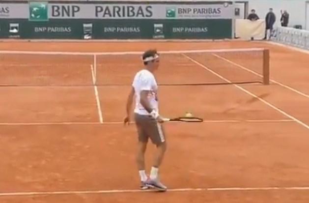 Roger Federer tovert met zijn racket tijdens training voor Roland Garros