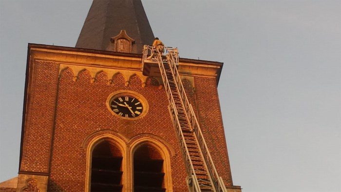 Brandweer haalt losliggende lei van Herkse kerk