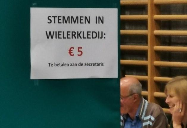 """Humor in het stembureau: """"Stemmen in wielerkledij = 5 euro betalen"""""""