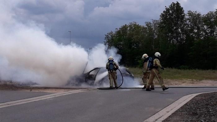 Auto vat vuur aan tankstation in Bilzen