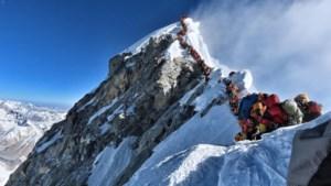 Mythische berg eist almaar meer levens: files op Mount Everest levensgevaarlijk