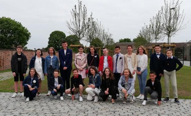 Vicaris vormt negentien jongens en meisjes in Val-Meer