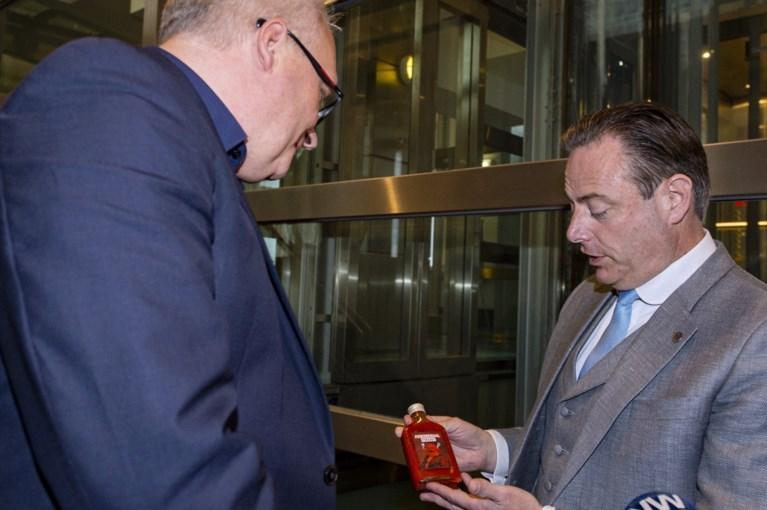Sinterklaas De Wever: deze eigenaardige cadeaus geeft N-VA-voorzitter aan zijn collega's