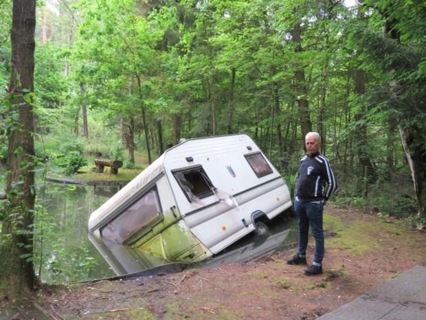 Vandalen kieperen caravan op buitenverblijf in de vijver