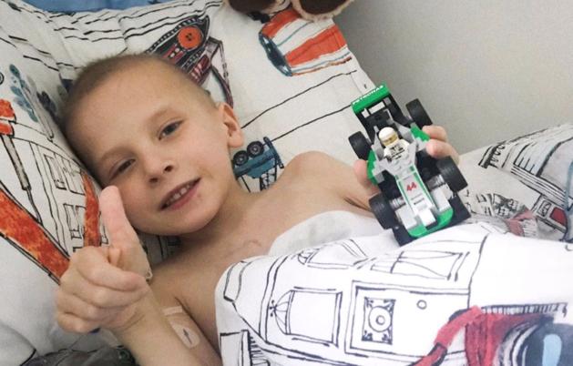 F1-kampioen Lewis Hamilton neemt afscheid van jonge superfan die overleed