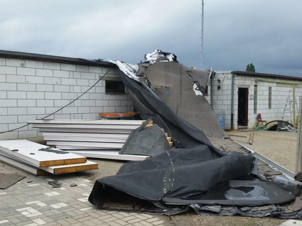 Dak van Opglabbeekse voetbalclub waait weg door storm