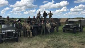 Limburgs konvooi strijkt met pantserwagen en 100 bakken Cristal neer in Normandië