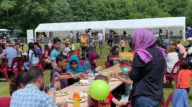 Ruim duizend moslims en niet-moslims op groots Suikerfeest in Genk