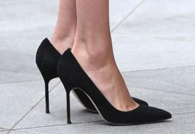 Daarom zijn de schoenen van Meghan Markle altijd een beetje te groot