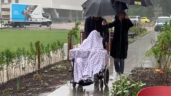 """Genks woonzorgcentrum verhuist bewoners als """"spoken"""" in gietende regen"""