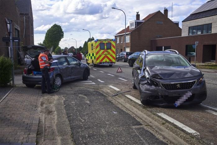 Lichtgewonde bij botsing tussen twee auto's