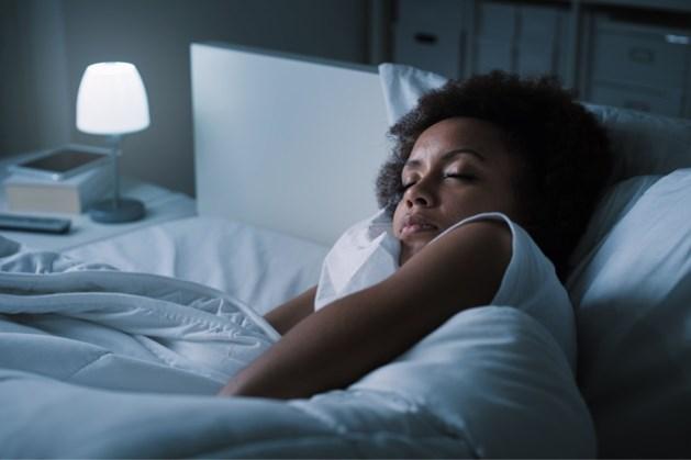 Slapen met het licht aan is niet goed voor de lijn