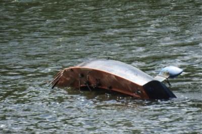 Boot slaat om op de Maas: inzittenden vallen in het water