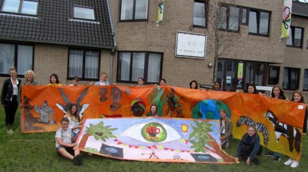 Sint-Jan maakt spandoeken voor het Afro-Latino festival in Bree