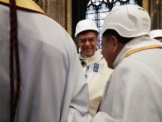 Zo houden priesters eerste misviering sinds brand in Notre-Dame