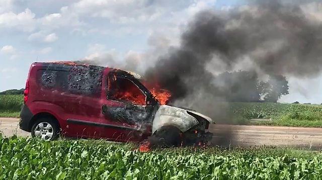 Auto brandt volledig uit op afrit E313