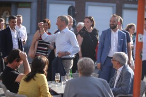 """Sauwens viert op Markt in Bilzen: """"Wie meeviert, krijgt een pint"""""""
