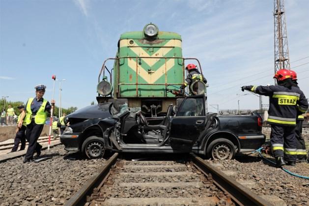 Vijf mensen komen om bij ongeval tussen trein en wagen in Polen