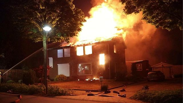 Metershoge vlammen slaan uit dak woning