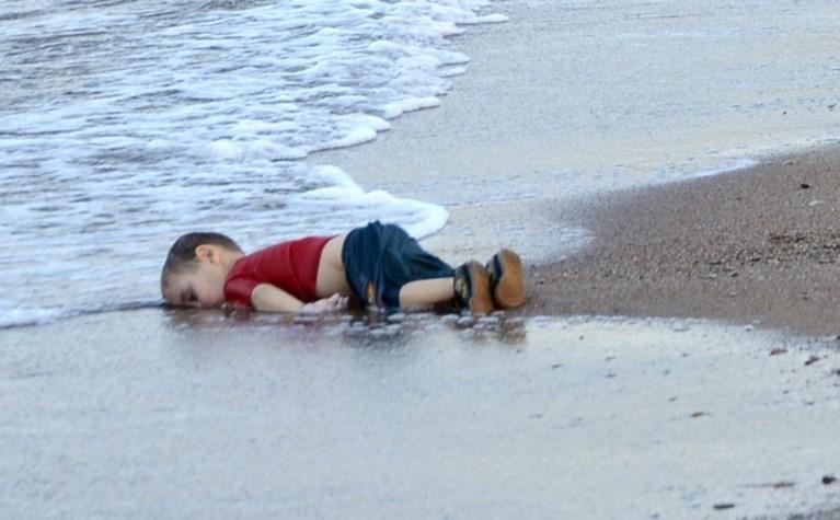 Schokkend beeld van verdronken vader en peuter gaat wereld rond
