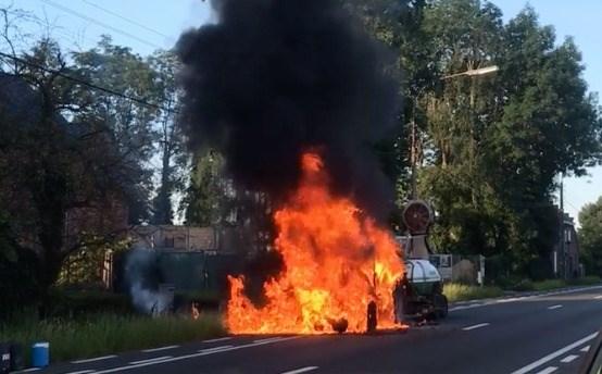 Tractor in lichterlaaie, bestuurder ongedeerd