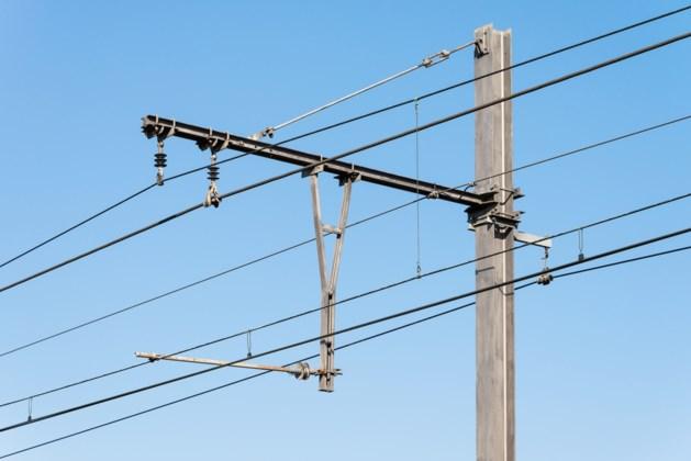 Tiener klimt op goederentrein en sterft door elektrocutie in Frankrijk