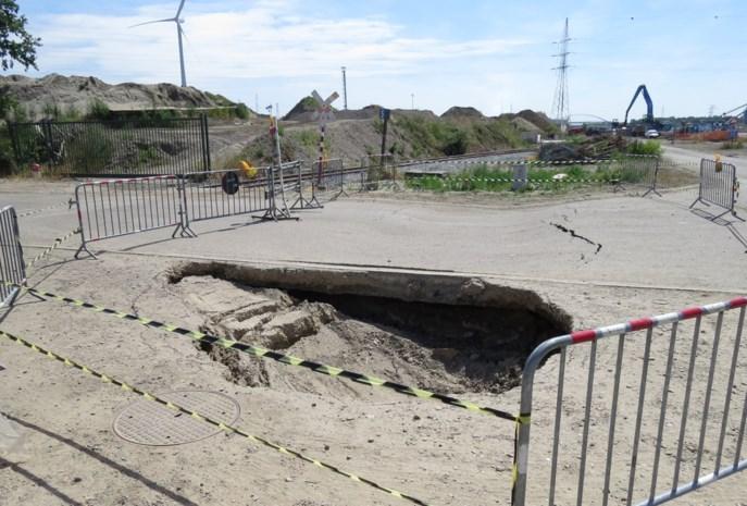 Metersgroot gat na grondverzakking in Genk