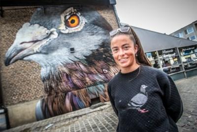 Luikse kunstenares beschildert Tongers café met gigantische duif
