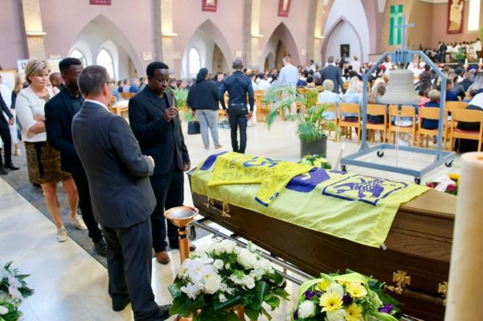 """STVV-kapitein in tranen op begrafenis Mo Nitcheu: """"Ik denk dat je nog in ons midden bent"""""""