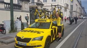 De reddende engel in de Tour: de ŠKODA SUPERB COMBI van Mavic