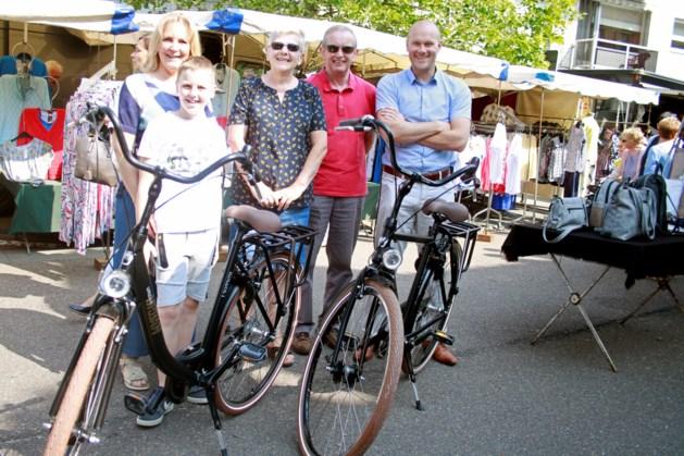 Marleen en Michel winnen fiets van de marktkramers op markt in Neerpelt