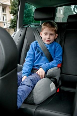 Asociale bestuurder zonder rijbewijs en kinderzitje met peuter los op achterbank