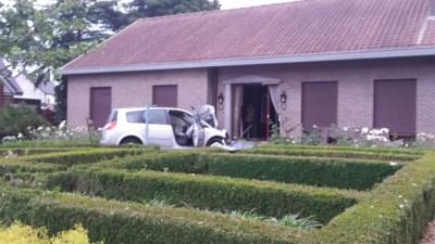 Achtervolging eindigt met crash tegen huis