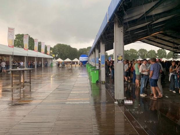 Festivalgangers Blues Peer laten onweer sfeer niet verpesten