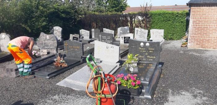 Haag vliegt in brand op kerkhof door onkruidbrander