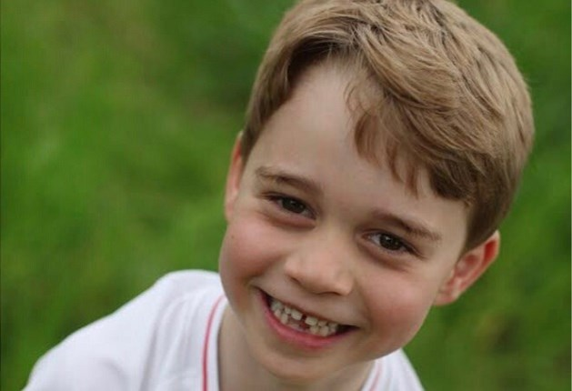 Jarige prins George poseert in een voetbaltruitje en mist een tand
