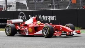 Mick Schumacher geeft demo met Ferrari van vader Michael