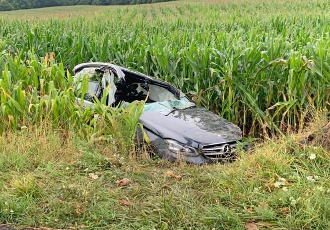 Bestuurder zwaargewond in maïsveld