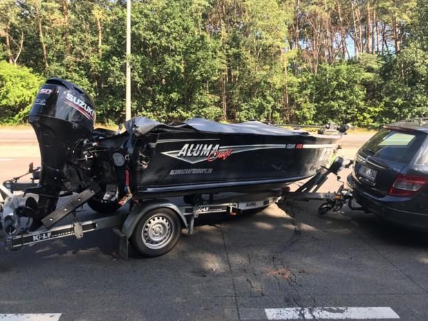 Vrachtwagen knalt op speedboot in Genk