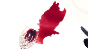 Rode wijn op witte kleding? Dit is ook een oplossing