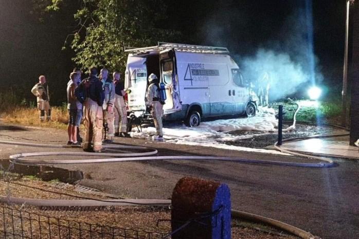 Bestelwagen in brand